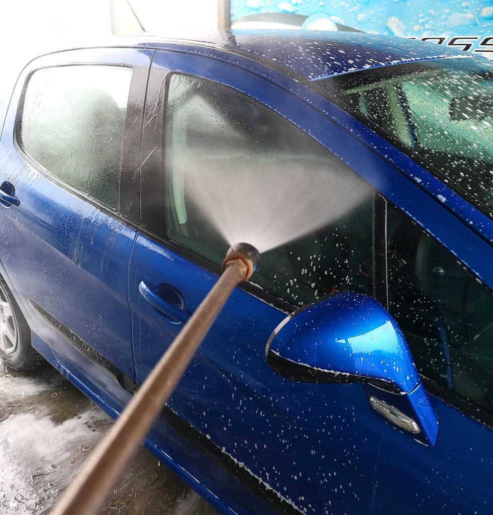 bezpieczne mycie samochodu na myjni bezdotykowej w okresie zimowym
