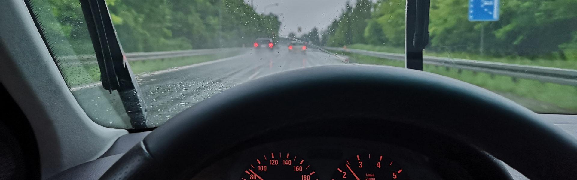 Dlaczego licznik w samochodzie zawyża prędkość?