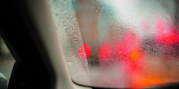 Czemu w samochodzie parują szyby?