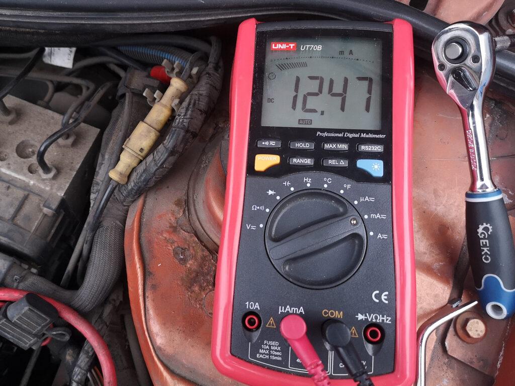 maksymalny pobór prądu na postoju auta