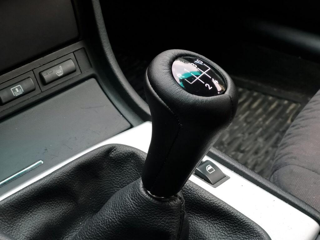 Jak zmieniać biegi w samochodzie żeby nie szarpało