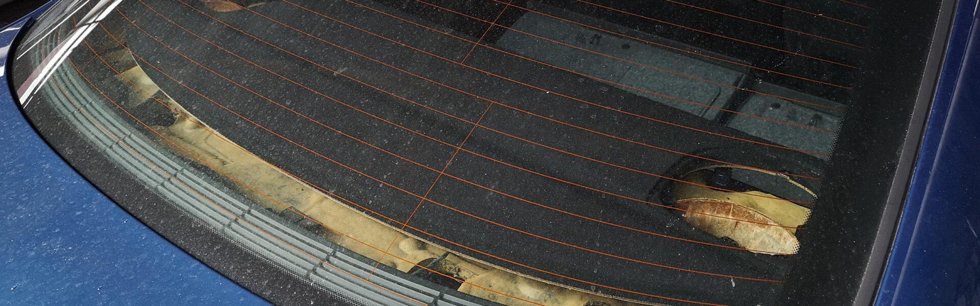 proces regeneracji tylnej półki w samochodzie sprayem tekstylnym